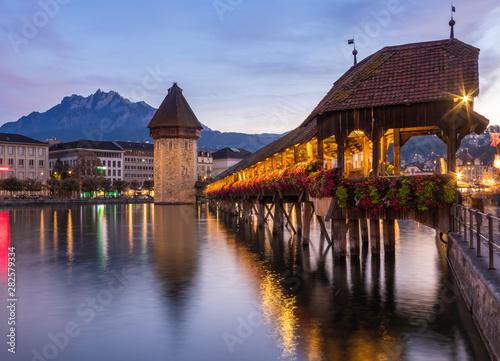 Photo  Old wooden architecture called Chapel Bridge in Luzern or Lucerne, Switzerland d