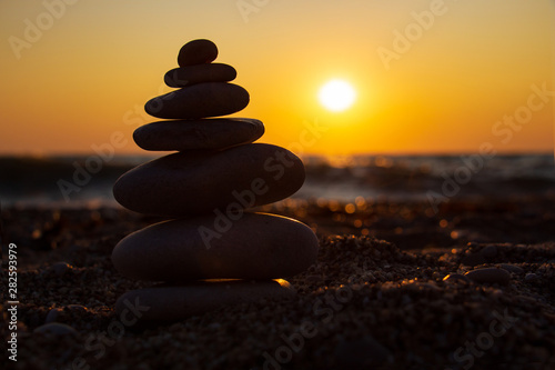 Photo sur Plexiglas Zen pierres a sable The object of the stones on the beach at sunset