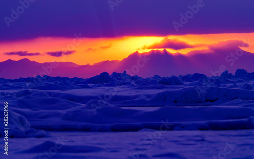 Cadres-photo bureau Violet sunrise over frozen sea