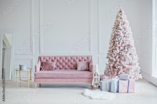 La pose en embrasure Arbre pink sofa and pink Christmas tree