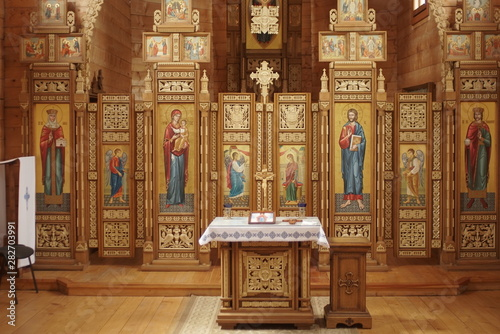 beautiful wooden iconostasis in church Fototapete