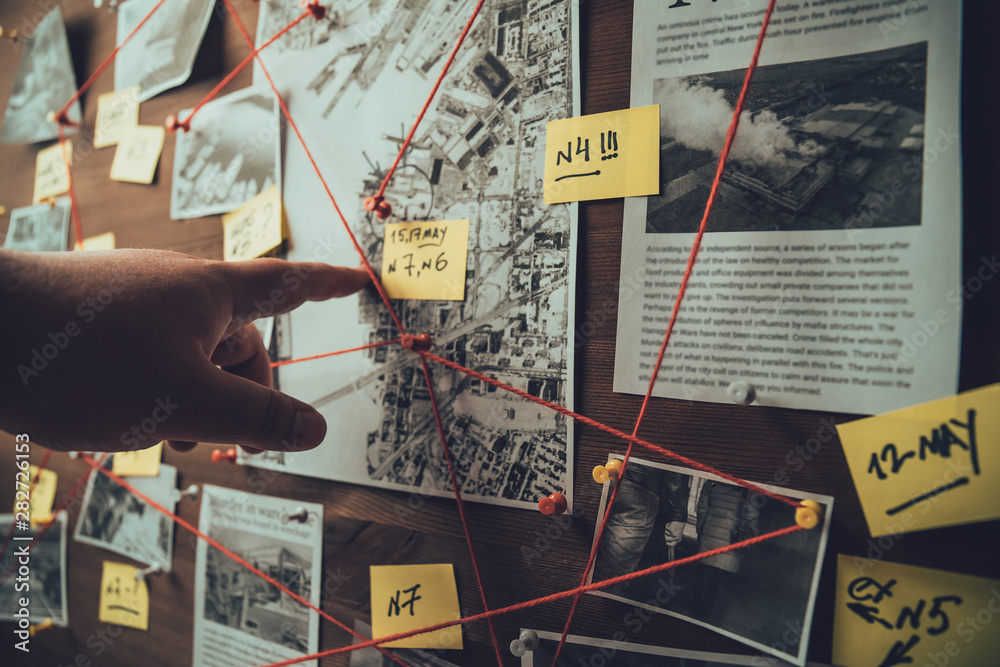 Fotografía Detective board with photos of suspected criminals, crime scenes and evidence wi