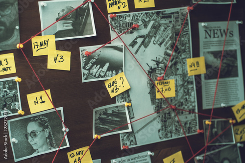 Detective board with photos of suspected criminals, crime scenes and evidence wi Fototapet