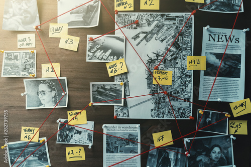 Foto Detective board with photos of suspected criminals, crime scenes and evidence wi