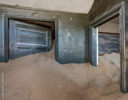 Fotografija  Sand has invaded and taken over these rooms in Kolmanskoppe, Namibia