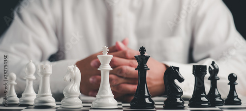 Fotografia Businessman play with chess game
