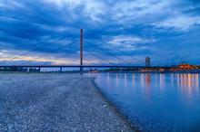 Rheinbrücke Bei Düsseldorf Zur Blauen Stunde