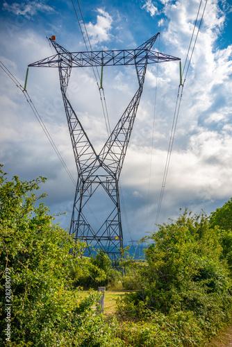 Photo torres eléctricas de alto voltaje en línea