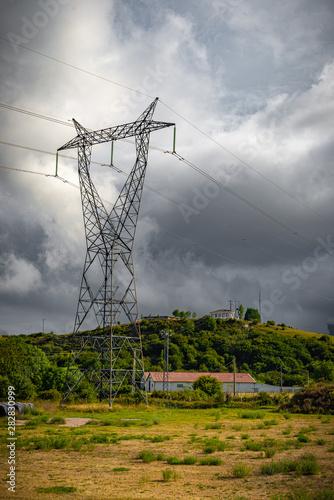 torres eléctricas de alto voltaje en línea Wallpaper Mural