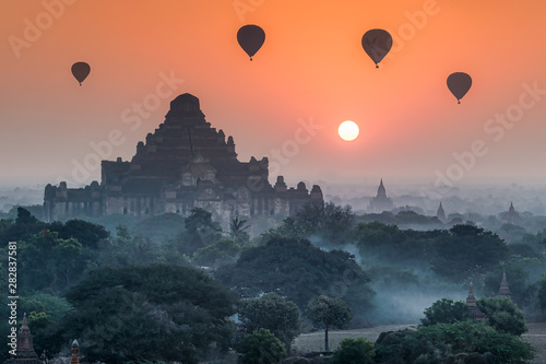 Fotobehang Oranje eclat Hot-air balloons over Bagan at sunrise, Myanmar