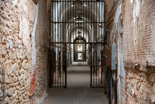 Prison corridor with cells on both sides Tablou Canvas