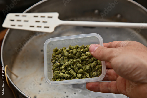 Photographie Brewing craft beer in a kitchen. Home brewing concept image.