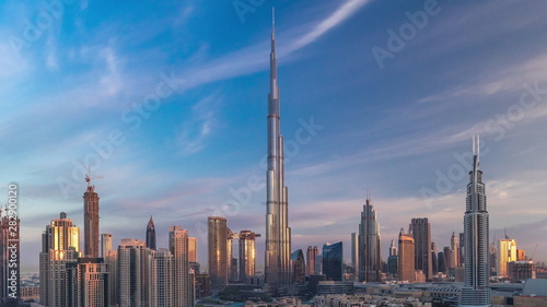 Photo Dubai Downtown skyline timelapse with Burj Khalifa and other towers during sunri
