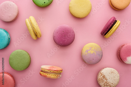 pattern of multicolored delicious French macaroons scattered on pink background Poster Mural XXL
