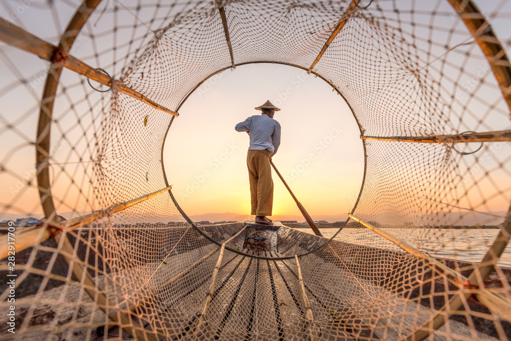 Fototapety, obrazy: Traditional Intha fisherman at the Inle lake in Myanmar