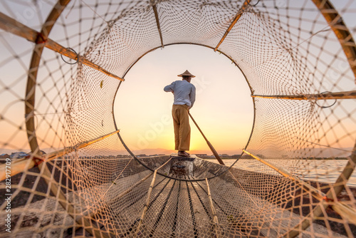 Canvas Print Traditional Intha fisherman at the Inle lake in Myanmar