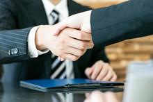 握手を交わすビジネス...