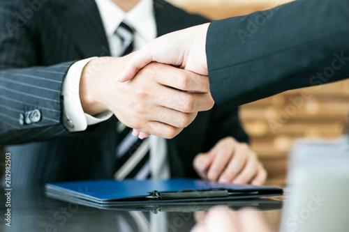 Fotografía 握手を交わすビジネスマン