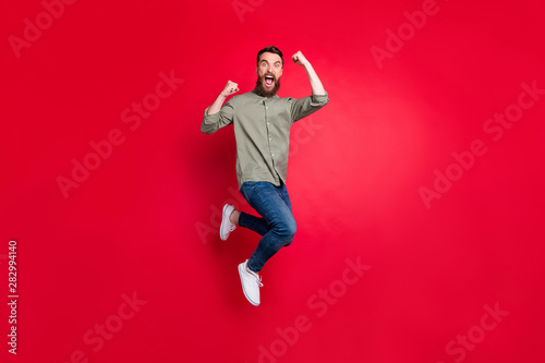 Fotografía  Full length body photo of crazy guy enjoying his promotion at work while isolate
