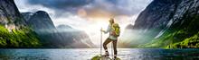 Frau Mit Rucksack Beim Wandern An Einem Fjord In Norwegen
