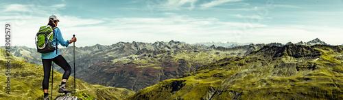 Fotografiet  Frau mit Rucksack beim Wandern in den Schweizer Alpen
