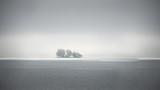 Mgła na jednej z małych wysp Tysiąca Wysp na granicy Kanady z USA w Saint Lawrence River - 283013377