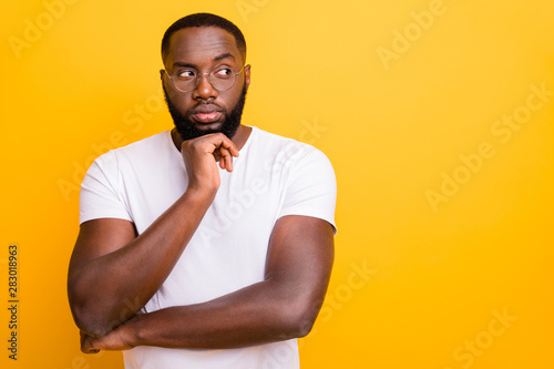 Fotografía  Photo of thoughtful interested man trying to eavesdrop someone talking by phone