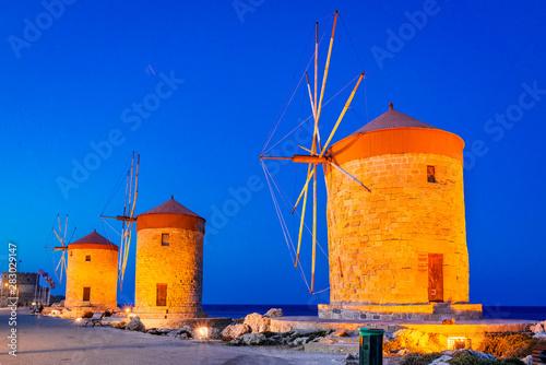 In de dag Stad aan het water Mandraki Harbor in Rhodes, Greece