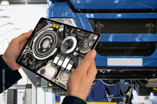 Photo Serviceman repairing a truck using augmented reality application