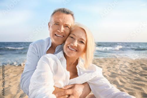 Fotografia  Happy mature couple taking selfie at sea resort