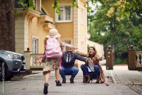 Fotografía  first day of school is over, parents waitnig on a schoolgirl