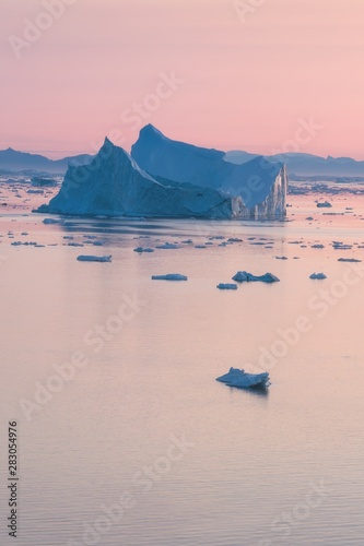 Montage in der Fensternische Rosa hell Arctic nature landscape with icebergs in Greenland icefjord with midnight sun sunset / sunrise in the horizon. Early morning summer alpenglow during midnight season. Ilulissat, West Greenland.
