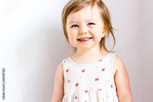 Photo Happy smiling funny toddler child girl on white background