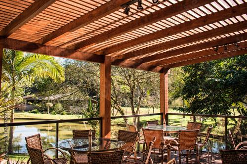 Fotografia wood pergola and tables in garden farm