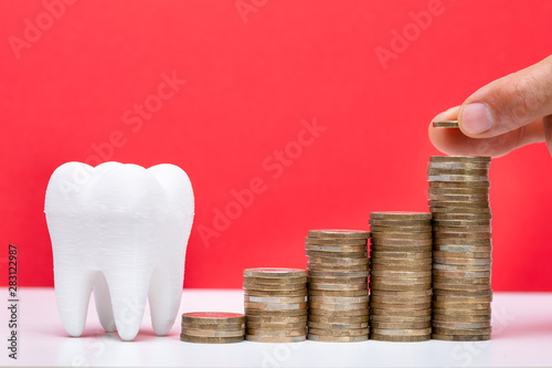 Poster Ouest sauvage Stack Of Coins In Front Of Healthy Tooth