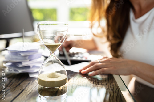 Leinwanddruck Bild - Andrey Popov : Close-up Of A Hourglass On Desk