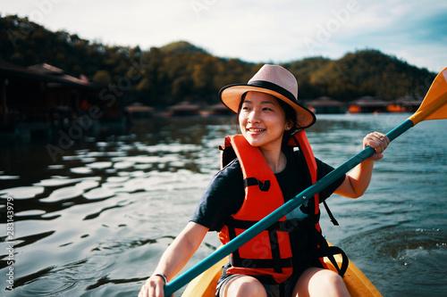 Obrazy Sporty Wodne   azjatycka-dziewczyna-plywa-kajakiem-w-kanchanaburi-w-tajlandii