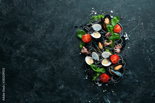 Poster de jardin Fleur Pasta with seafood. Black paste. Seafood. Top view. Free copy space.