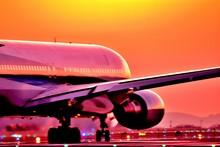 最高に美しい夕焼けの輝きを照らす飛行機 Good Luck  An Airplane That Shines The Glow Of The Most Beautiful Sunset The Most Beautiful Radiates The Glow Of The Sunset Flying Happiness Aircraft Image Carrying Good Luck