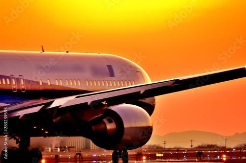 最高に美しい夕焼けの輝きを照らす飛行機 Good luck  An airplane that shines the glow of the most beau Canvas Print