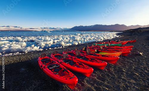 Kayaks on the shore of Jokulsarlon glacier lagoon at sunset Tableau sur Toile