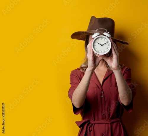 Fotografia  Woman in 1940s style clothes with alarm clock