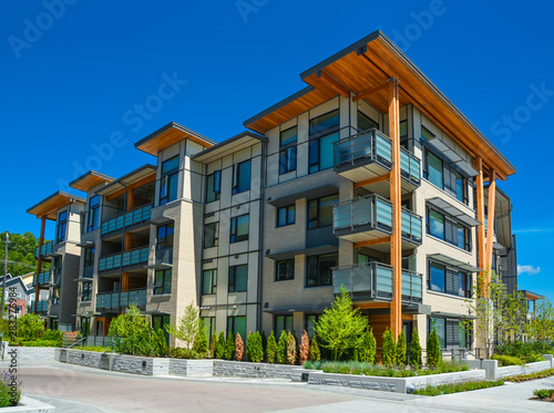 Photo Brand new apartment building on sunny day in British Columbia, Canada