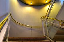 Treppenhaus Mit Messinggeländer Und Treppestufen Mit Teppichboden Auf Kreuzfahrtschiff