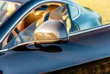 Goldenes Licht Scheint In Das Innere Eines Sportwagens