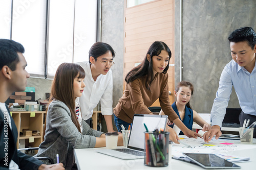 Fotografia  Group of Asian business people team meeting in modern office working design plan