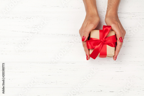 Poster Pays d Europe Woman hands holding gift box