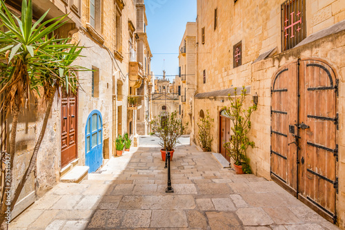 Narrow street in city centre of Valletta, Malta. Fotobehang