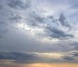 Dramatische Wolken bei Sonnenaufgang über dem Meer