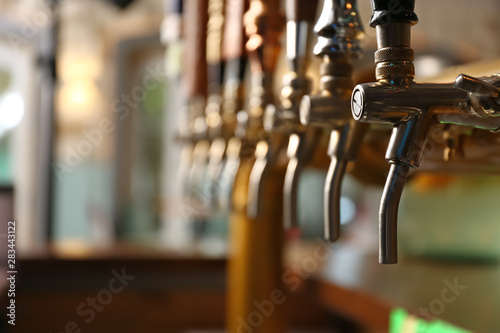 Foto auf AluDibond Bier / Apfelwein Draft beer taps in modern bar